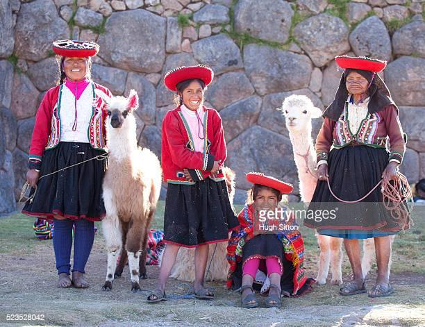 traditionally dressed peruvian women with alpacas at sacsayhuaman archaeological site. cusco. peru. - hugh sitton 個照片及圖片檔
