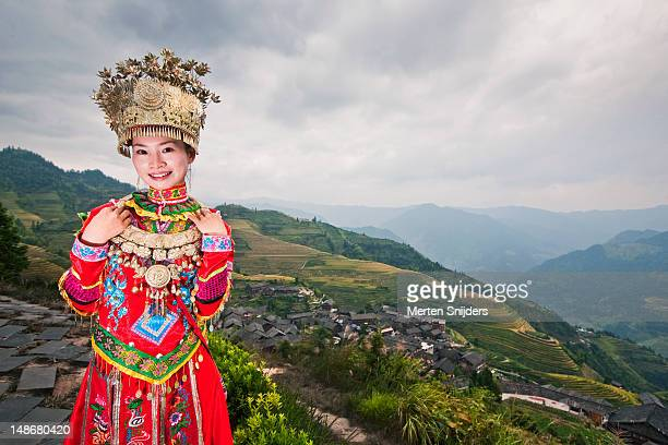 traditionally dressed young chinese woman at longji terrace. - merten snijders stockfoto's en -beelden