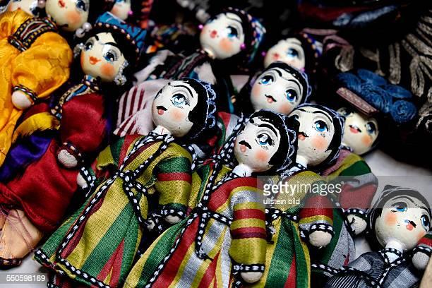 Traditionelle Puppen - Kunsthandwerk auf dem Basar im Zentralen Staatsmuseum der Republik Kasachstan in Almaty