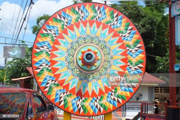 traditionlal painted oxen cart in parque de sarchi costa rica - ox cart stock-fotos und bilder