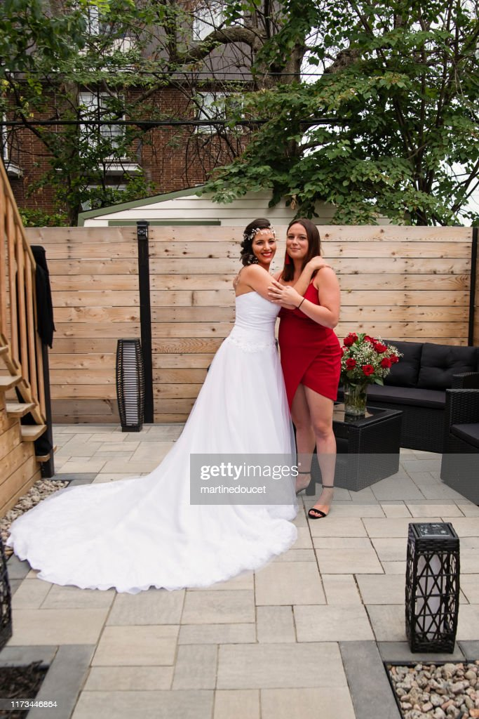 Traditionnal portrait of millenial bride with bridesmaid before wedding. : Stock Photo