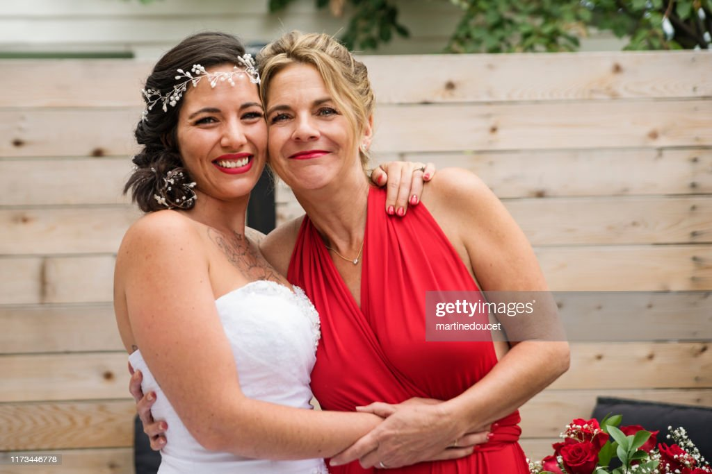 Traditionnal portrait of millenial bride with mother before wedding. : Stock Photo