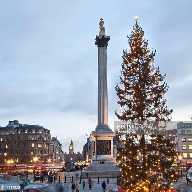 trafalgar square at christmas, london - トラファルガー広場 ストックフォトと画像