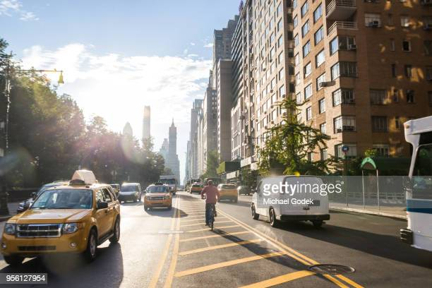 traffic along edge of central park in early morning - jour photos et images de collection