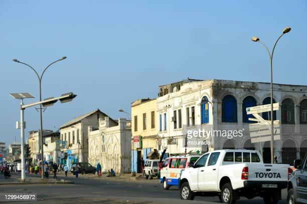 circulation et bâtiments coloniaux rue bender, djibouti city, djibouti - djibouti photos et images de collection