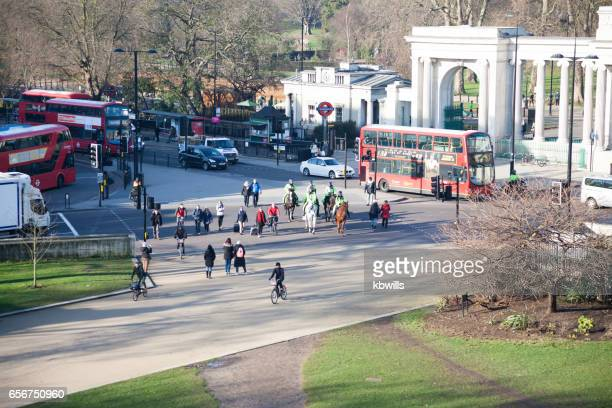 traffic, and passers-by near hyde park corner london - knightsbridge stock pictures, royalty-free photos & images