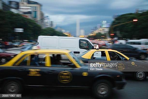 traffic at dusk, recoleta, buenos aires, argentina - buenos aires - fotografias e filmes do acervo