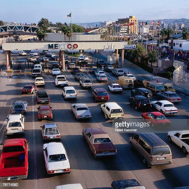 traffic at usa-mexico border - インターナショナルビル ストックフォトと画像