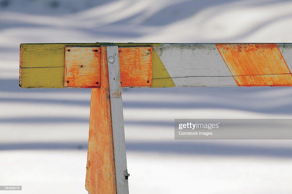 Traffic barricade in snow : Stockfoto