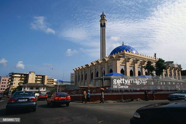 traffic by mosque in abidjan - abidjan stock pictures, royalty-free photos & images