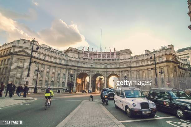 """traffic coming from the mall under admiralty arch onto trafalgar square in london uk during a beautiful autumn day - """"sjoerd van der wal"""" or """"sjo"""" stock pictures, royalty-free photos & images"""