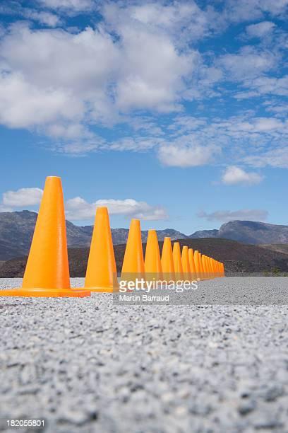 Ligne de cônes de circulation à l'extérieur au rez-de-chaussée avec vue