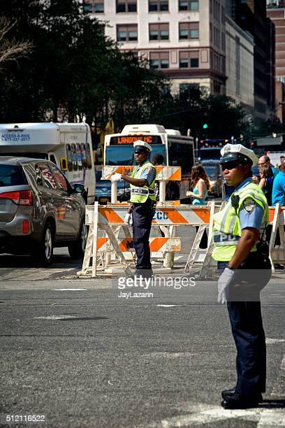 POLÍCIA DE NOVA IORQUE oficiais de controlo de tráfego dirigindo pública tráfego, Centro da cidade Manhattan, Nova Iorque