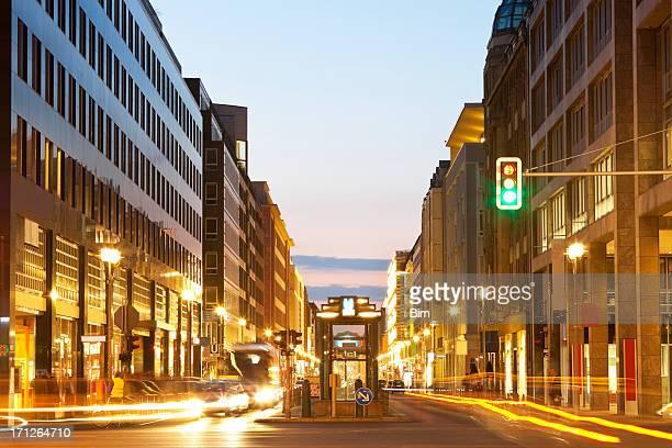 Verkehr in Berlin in der Dämmerung, Bewegungsunschärfe, Deutschland