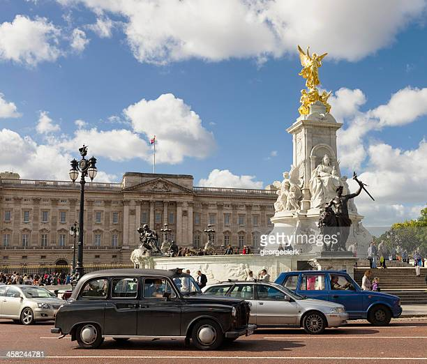 traffic in front of buckingham palace, london - the mall westminster stock photos and pictures