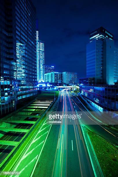 La circulation dans La défense du quartier financier de Paris dans La nuit
