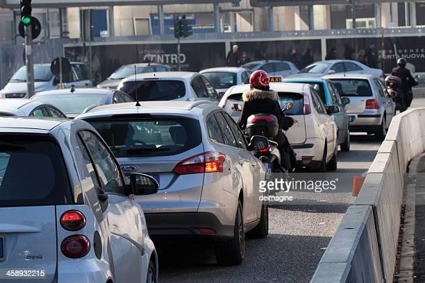 traffico a milano - traffico foto e immagini stock