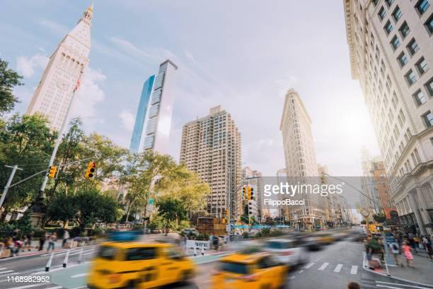 ニューヨーク市の交通 - フラットアイアンビルの近くの5番街 - 五番街 ストックフォトと画像
