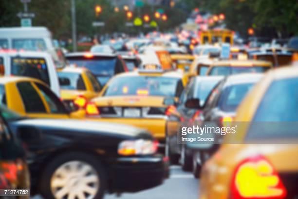traffic in new york - vehículo terrestre fotografías e imágenes de stock