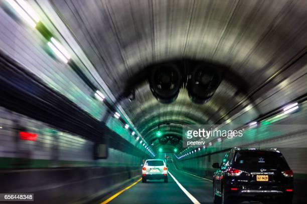 verkeer in norfolk-portsmouth brug-tunnel, virginia. - norfolk virginia stockfoto's en -beelden