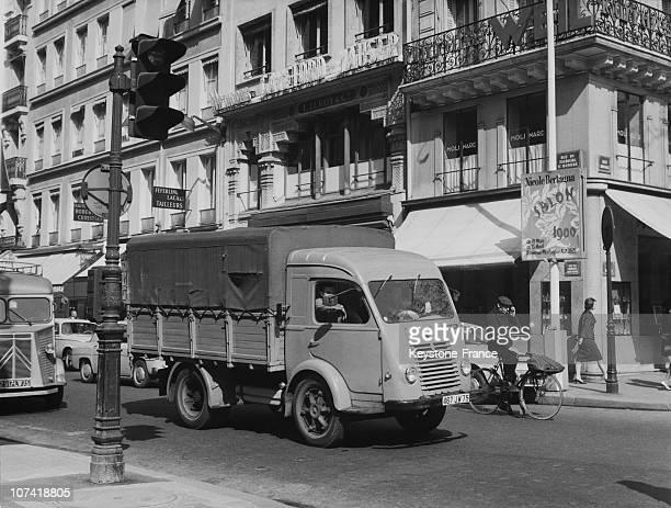 circulation dans paris en 1960 photos et images de collection getty images. Black Bedroom Furniture Sets. Home Design Ideas