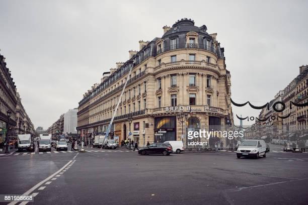 verkehr in den straßen von paris - kapitell stock-fotos und bilder