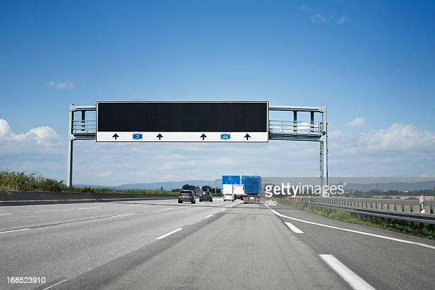 traffic information system auf deutsche autobahn a3 - fernverkehr stock-fotos und bilder