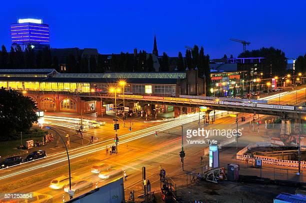 traffic intersection berlin warschauer straße, friedrichshain - フリードリッヒハイン ストックフォトと画像