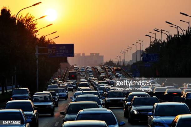 traffic jam during sunset - traffico foto e immagini stock