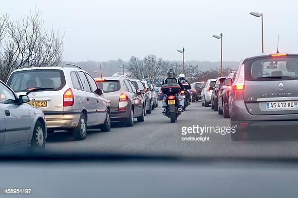 embouteillage dans la outskirt de paris. - circulation routière photos et images de collection