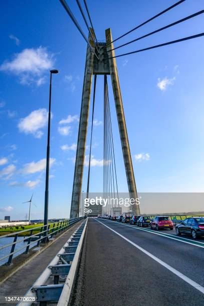 "traffic jam on the n50 highway over the  eilandbrug as a ship passes on the river ijssel - ""sjoerd van der wal"" or ""sjo"" stockfoto's en -beelden"