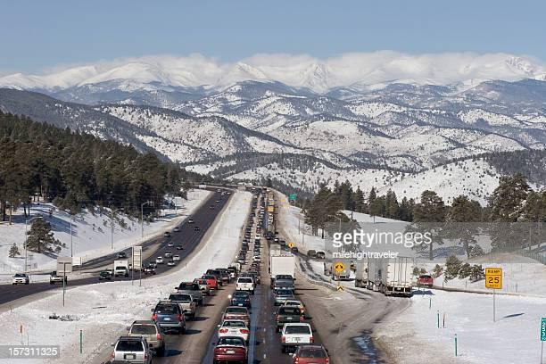 engarrafamento westbound i-70 estrada com neve coberta de montanha colorado - colorado imagens e fotografias de stock
