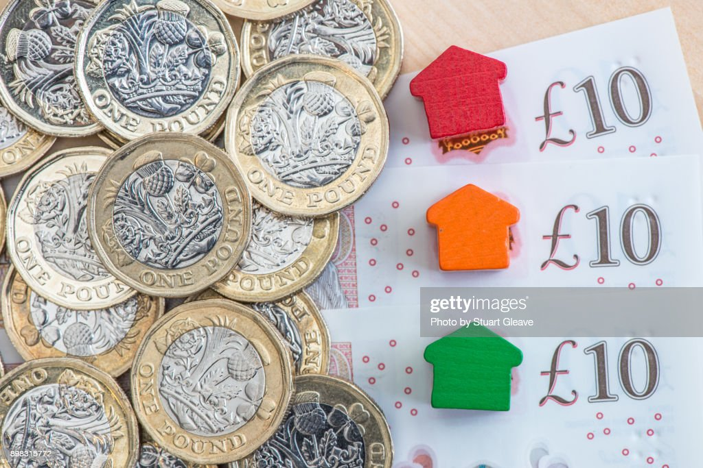 Traffic light colored model homes on £10 notes : Stock Photo