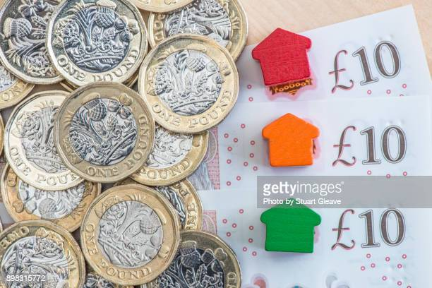 traffic light colored model homes on £10 notes - consumerism stock pictures, royalty-free photos & images