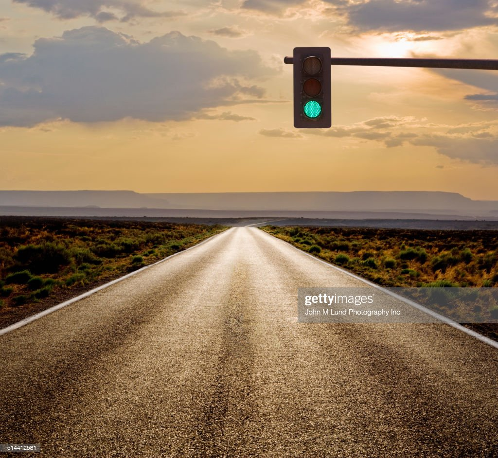 Traffic light on rural road in desert landscape : Stock-Foto