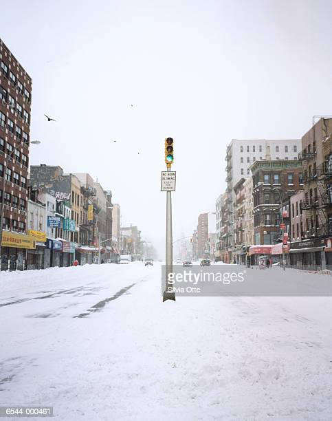 traffic light on snowy road - paal stockfoto's en -beelden