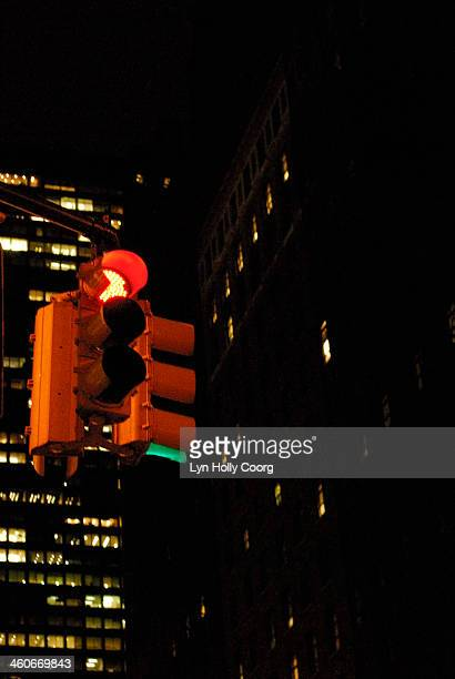traffic lights on red in at night in new york city - lyn holly coorg stock pictures, royalty-free photos & images