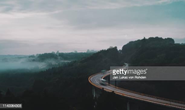 traffic logistic on a huge bridge - unterwegs stock-fotos und bilder