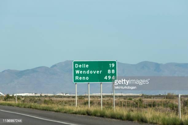 ユタ州と米国ネバダ州アメリカ合衆国の間の高速道路上の交通マイレージサイン - マイル ストックフォトと画像