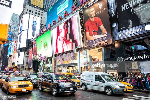traffic on 7th avenue at times square, manhattan, new york - 7th avenue stock pictures, royalty-free photos & images