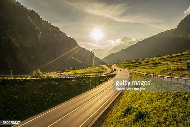 traffic on a mountain road - landschaft stock-fotos und bilder