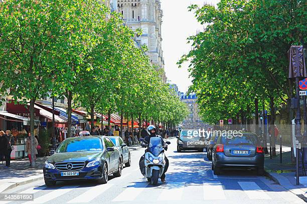 Circulation sur une rue parisienne