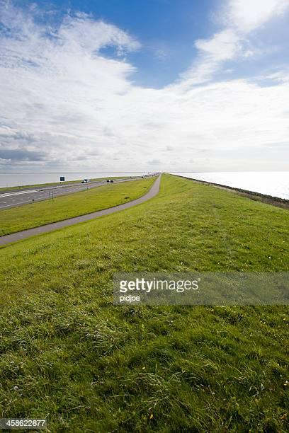 tráfego no afsluitdijk na holanda - dique barragem imagens e fotografias de stock