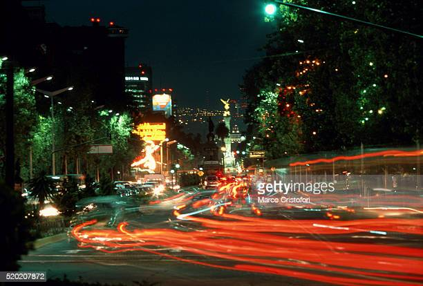 traffic on avenida de la constitucion, mexico city, mexico at night - marco cristofori fotografías e imágenes de stock