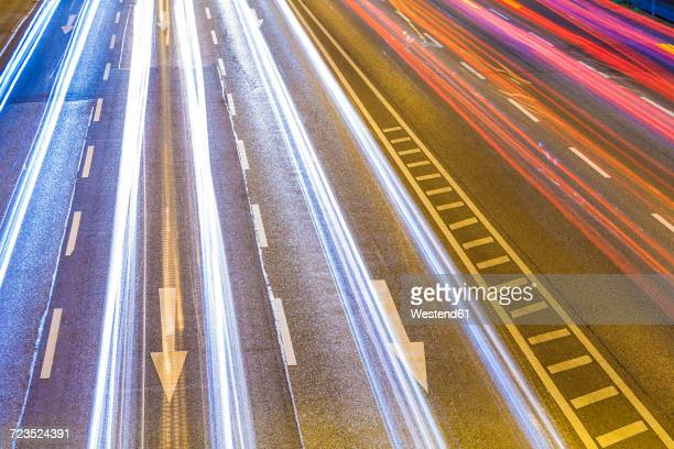 traffic on federal road by night - chevron road sign stock pictures, royalty-free photos & images