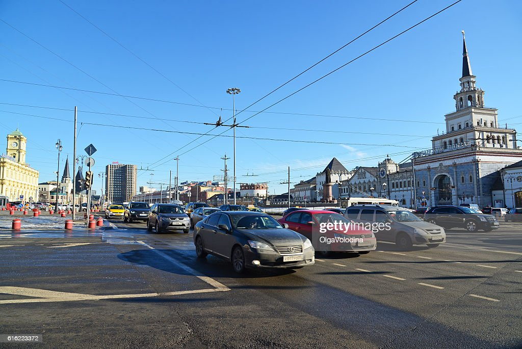 Traffic on Komsomolskaya Square near Kazansky railway station : Stockfoto