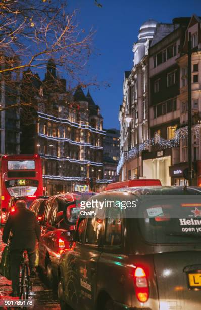 ロンドンの交通状況でシャフツベリーアヴェニュー - ロンドン ソーホー ストックフォトと画像