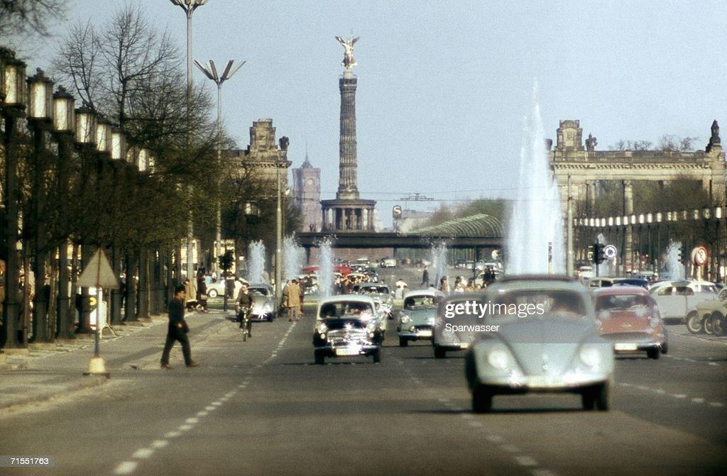 Traffic on road near the Victory Column (Siegess?ule), Berlin, Germany : Stock-Foto