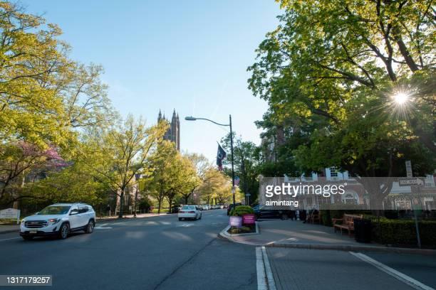 プリンストンのダウンタウンの歩道を歩く人々と路上の交通 - ニュージャージー州 プリンストン ストックフォトと画像