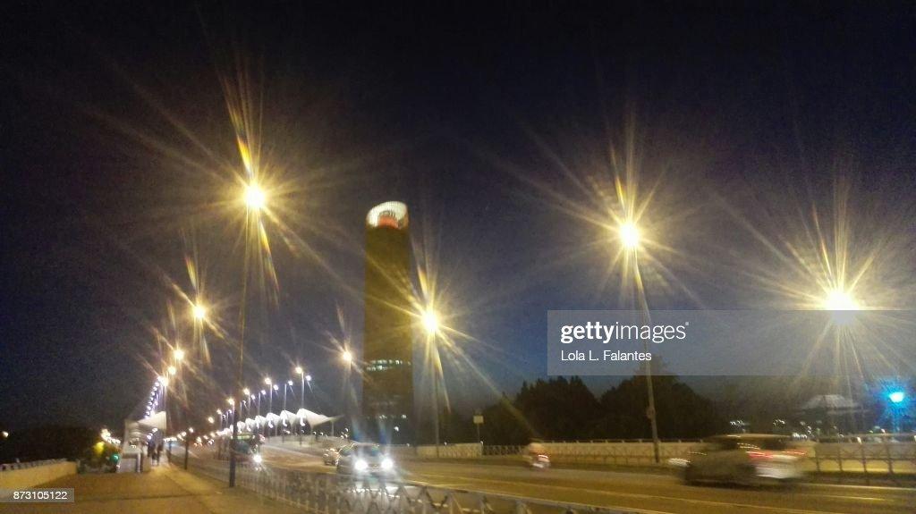 Traffic on the bridge. Seville cityscape at night : Foto de stock